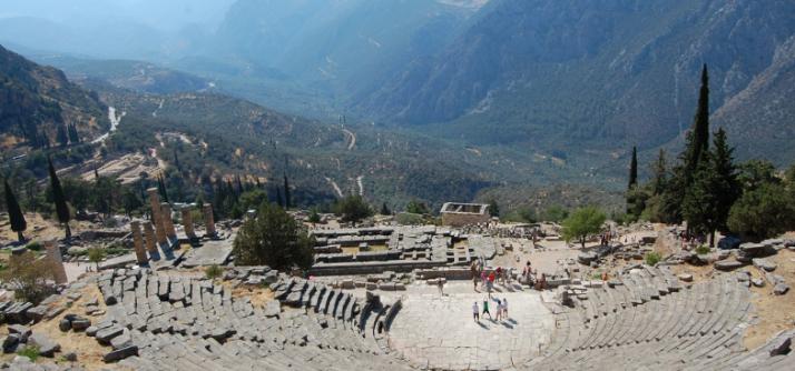 Qual é a diferença entre um teatro grego e um anfiteatro romano?